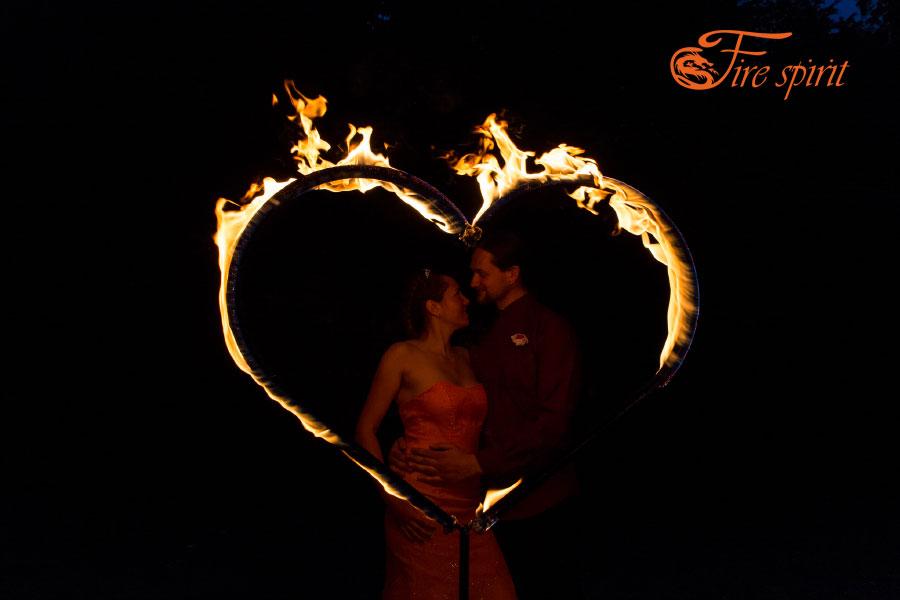 Влюбленная пара на фоне горящего сердца фото