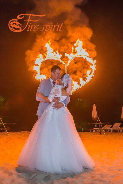Молодожены на фоне огненного сердца фото