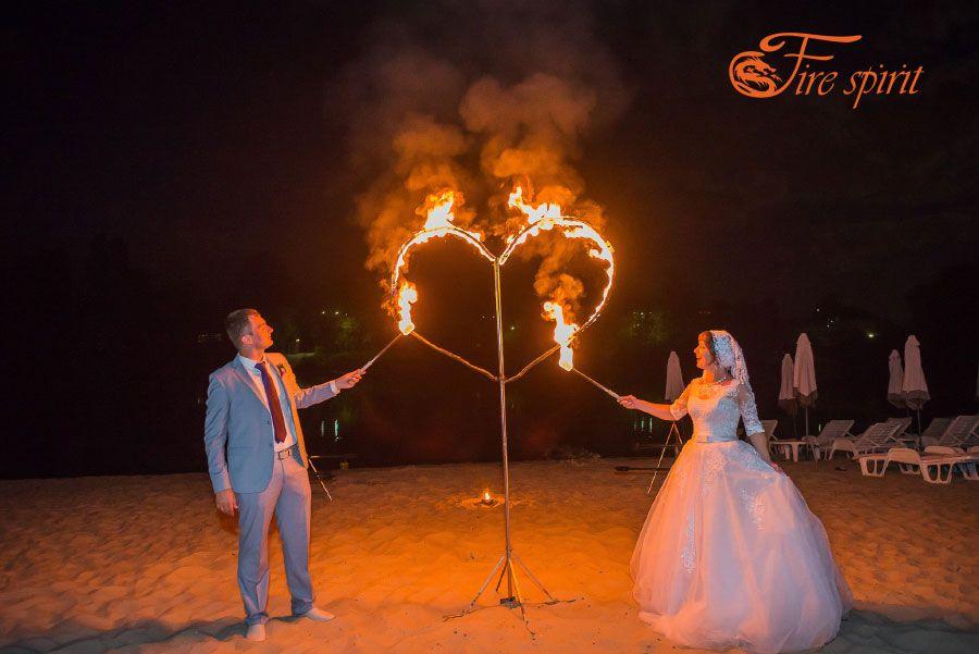 Молодожены поджигают огненное сердце фото 1